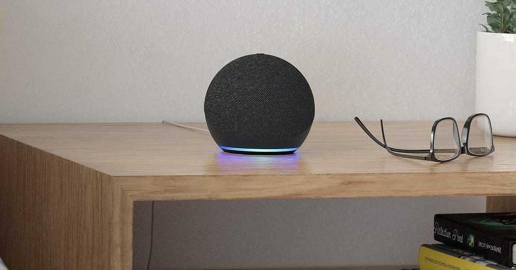 Altoparlante Echo Dot su un tavolo