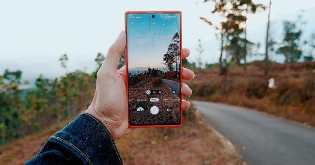 foto cellulare Samsung mano