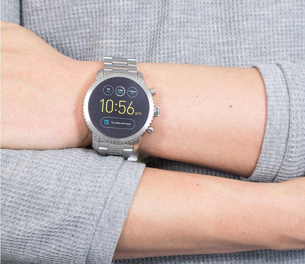 Utilizzando il samrtwatch Fossil Smartwatch FTW4012