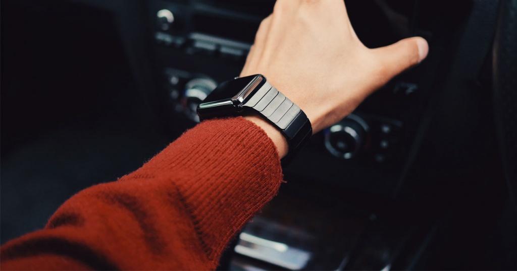 Utilizzando orologio intelligente nero