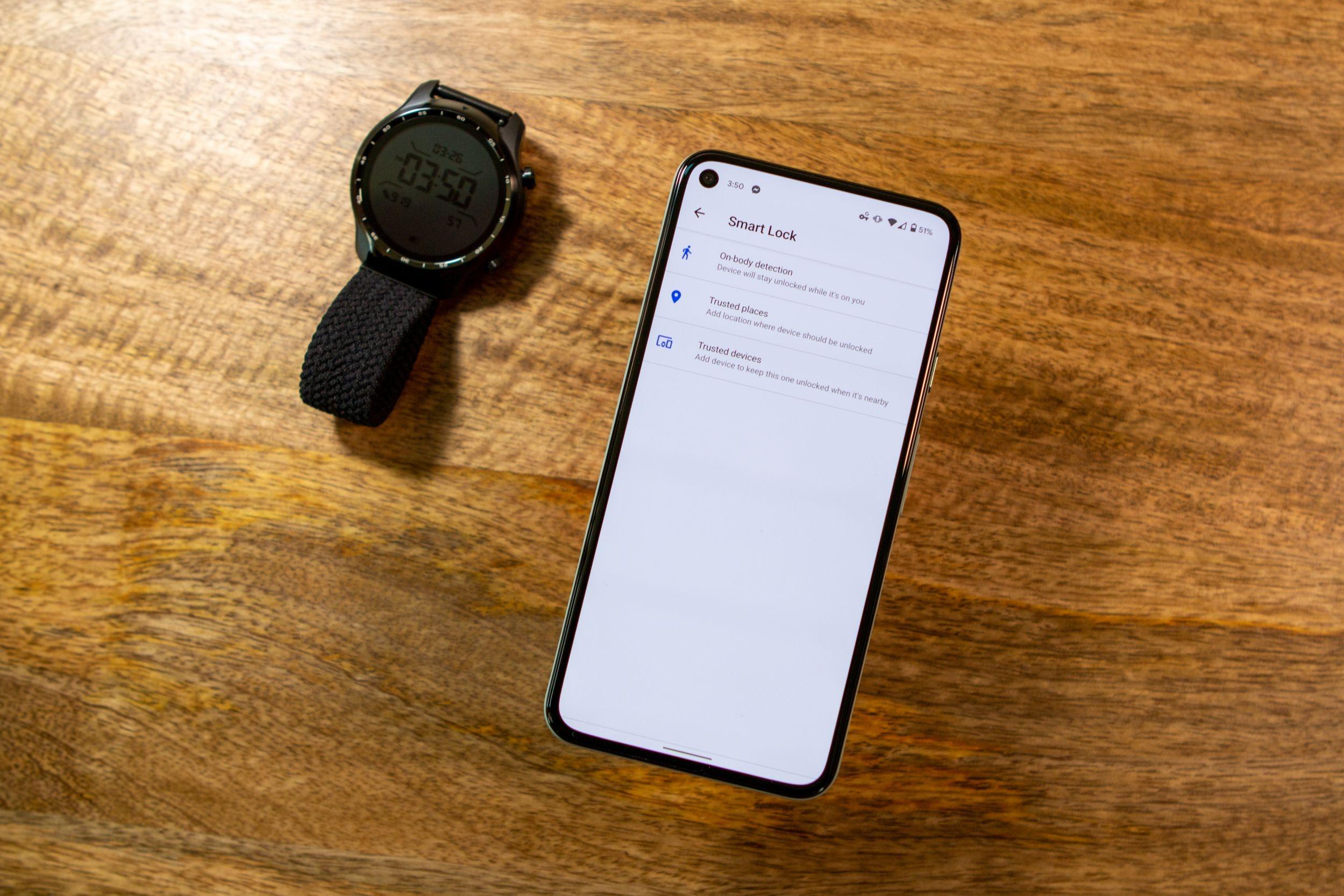 Cellulare con Smart Lock accanto a uno smartwatch